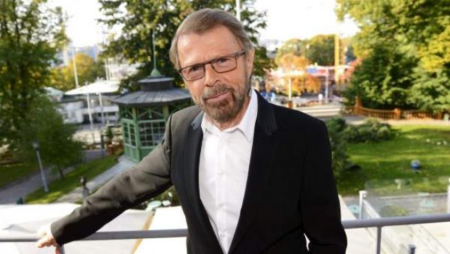El excomponente de ABBA Björn Ulvaeus posa delante del Museo de ABBA que se encuentra en construcción en Estocolmo.