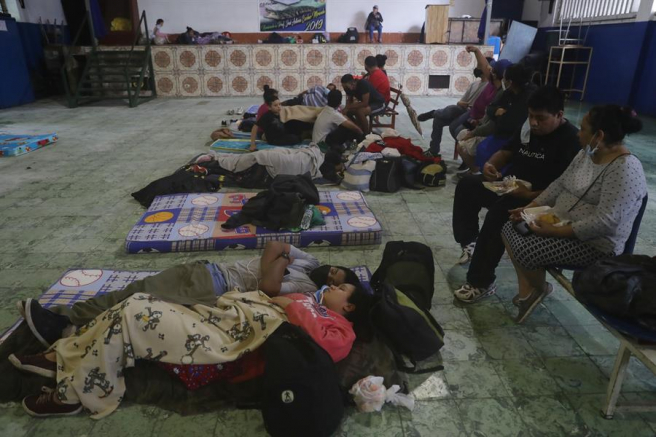Familias evacuadas por las lluvias torrenciales caídas en El Salvador, refugiadas en un albergue de San Salvador.