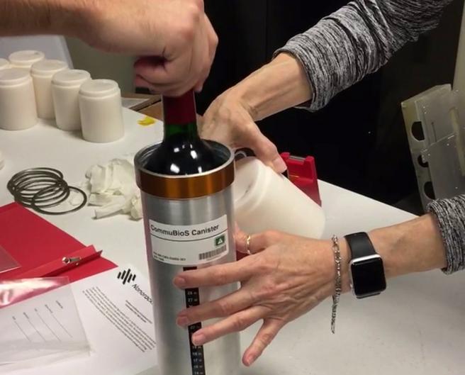 Cada botella de vino ha viajado ubicada dentro de un cilindro de acero para evitar que se rompa.