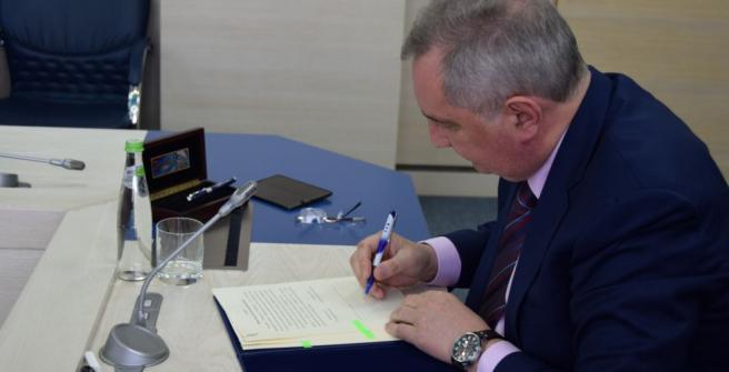Dmitri Rogozin, director de Roskosmos, firmando el memorando del acuerdo.