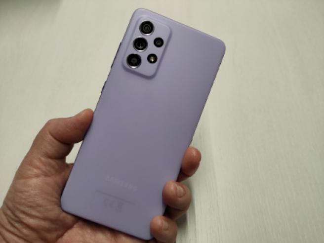 La trasera del A52 en color violeta
