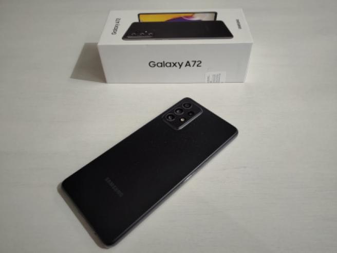 El Galaxy A72 y su caja