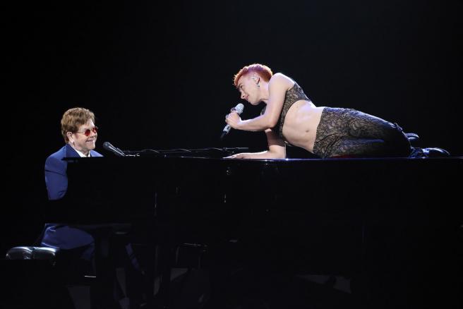 Elton John y Olly Alexander (Years & Years), durante su actuación en la ceremonia de los premios Brtit 2021.