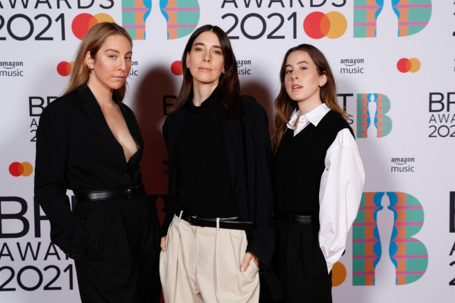 Las componentes del grupo HAIM, en la alfombra roja de la gala de los premios Brit 2021.