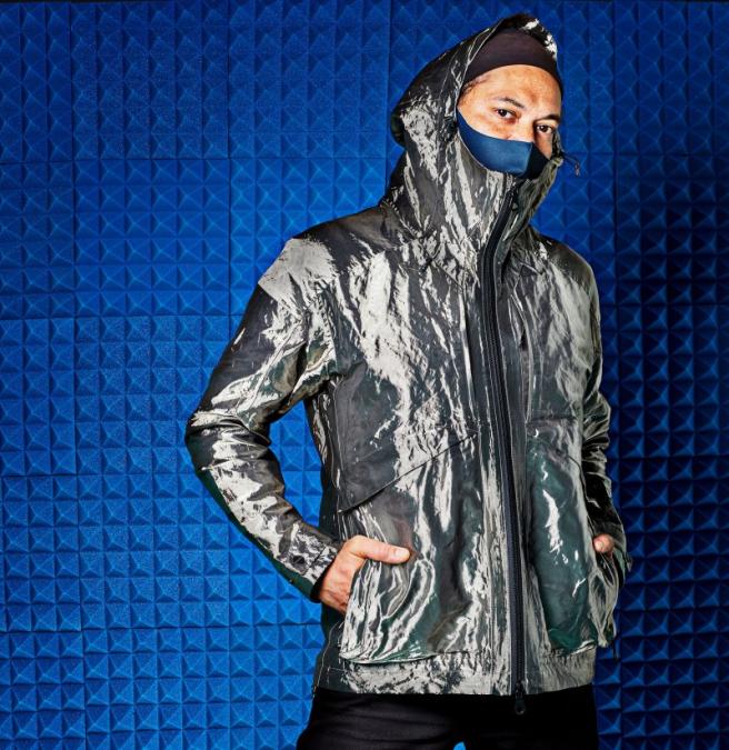 Aproximadamente el 65% del material total de la chaqueta ligera está compuesto de fibra de cobre microscópica.