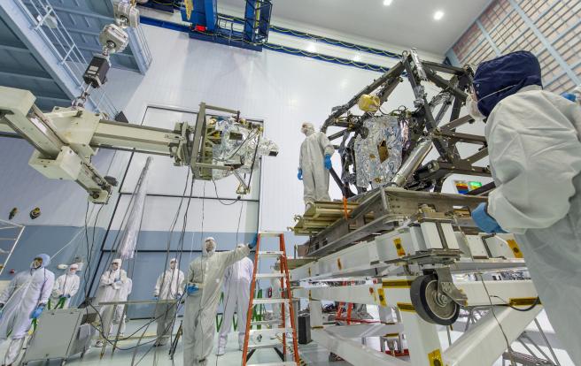 MIRI, la cámara de infrarrojo medio y el espectrógrafo (izquierda), se instaló en el módulo de carga útil científica del Telescopio Espacial James Webb (derecha) el 29 de abril de 2013 en el Centro de Vuelo Espacial Goddard de la NASA.