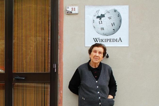 La sabiduría y experiencia de una señora mayor es similar a la enciclopedia de Internet.