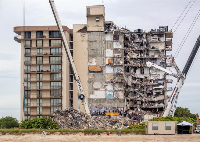 Trabajos de rescate en el edificio residencial derrumbado parcialmente en Surfside, Miami-Dade (Florida, EE UU).