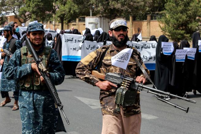 La manifestación estaba rodeada de muyahidines fuertemente armados.