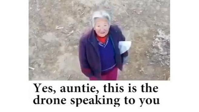 Una anciana china sin mascarilla es advertida por la voz de un dron