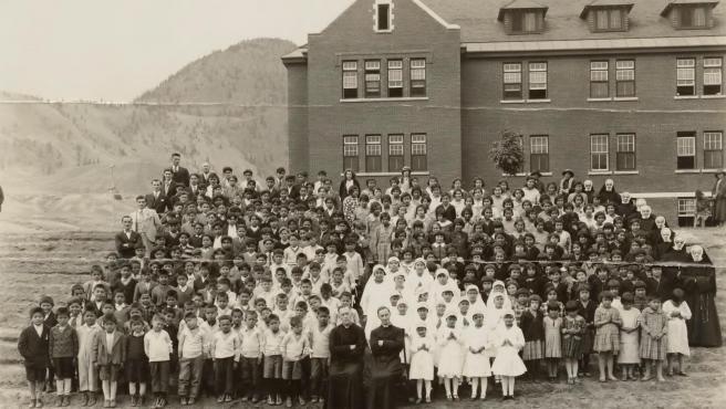 Un grupo de niños en la escuela residencial para niños indígenas de Kamloops, en Columbia Británica, Canadá, en 1937.