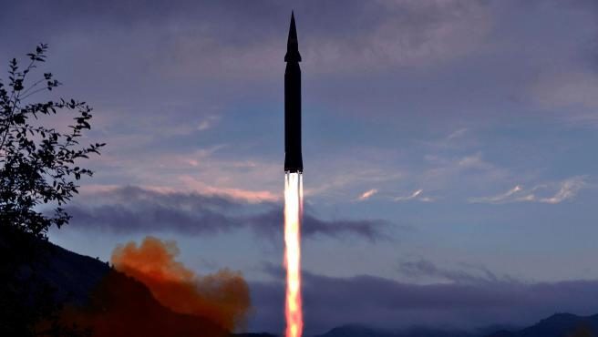 El misil hipersónico Hwasong-8, durante una prueba realizada en Toyang-ri, Corea del Norte, en una imagen facilitada por la agencia estatal norcoreana.
