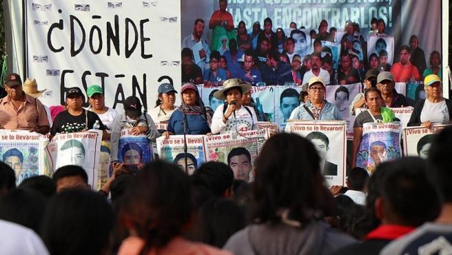 Padres y familiares de los estudiantes desaparecidos en Ayotzinapa participan en una protesta en el municipio de Iguala en el estado de Guerrero (México).