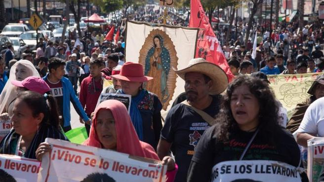 Familiares de los 43 estudiantes de Ayotzinapa desaparecidos se manifiestan en la Basílica de Guadalupe, en Ciudad de México.