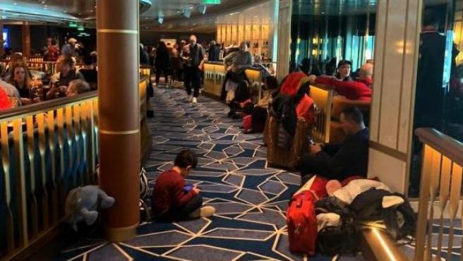 Los pasajeros del crucero Costa Smeralda esperan en una de las cubiertas para desembarcar.