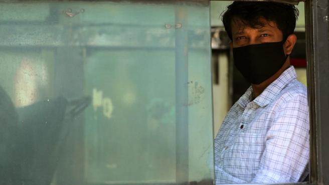 Un hombre se protege del coronavirus COVID-19 con una mascarilla en Bangalore, India.