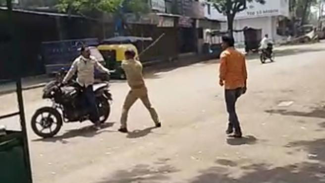 En muchas poblaciones de la India algunos agentes están usado la fuerza y golpeando a los ciudadanos como castigo por saltarse el confinamiento nacional de 21 días, decretado por el Gobierno para frenar la expansión del coronavirus.