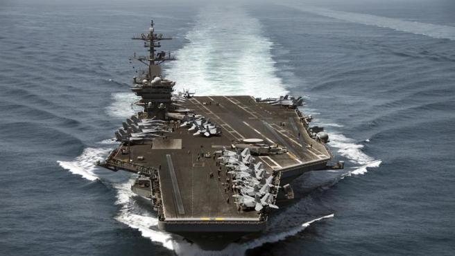 Alrededor de 70 marineros en un portaaviones de la Marina de Estados Unidos han sido contagiados de coronavirus y están confinados. El comandante recomienda la retirada de la mayoría del personal y que sea aislado durante, al menos, dos semanas. La tripulación del portaaviones cuenta con más de 4000 miembros. Para el comandante, se está corriendo un riesgo innecesario.