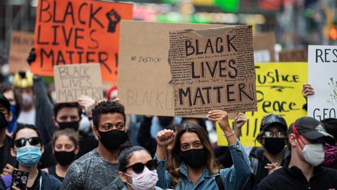 Las protestas no cesan en Estados Unidos, donde al menos 40 ciudades han decretado el toque de queda y permanecen bajo custodia de la Guardia Nacional, e incluso este martes la capital estadounidense vivió un inesperado cacerolazo, mientras los manifestantes continuaban frente a la Casa Blanca.