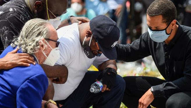 Terrence Floyd (arrodillado, en el centro), durante un acto en Mineápolis (Minesota, EE UU), en memoria de su hermano, George Floyd, quien murió tras ser detenido con brutalidad por la Policía.