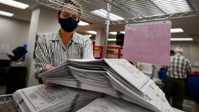 Votos anticipados para las elecciones presidenciales en Estados Unidos, procesados en una oficina electoral de Utah.