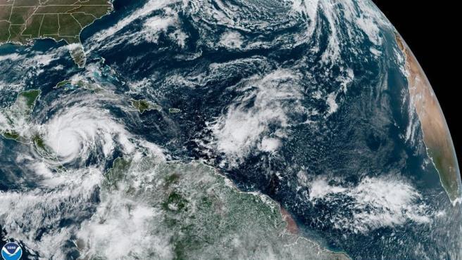 Fotografía satelital cedida por la Oficina Nacional de Administración Oceánica y Atmosférica (NOAA) por vía del Centro Nacional de Huracanes (NHC) donde se muestra la localización del huracán Iota a las 10:00 hora local (15:00 GMT).