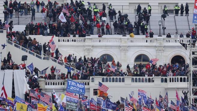 Seguidores del presidente saliente de EE UU, Donald Trump, asaltan el Capitolio, en Washington DC.
