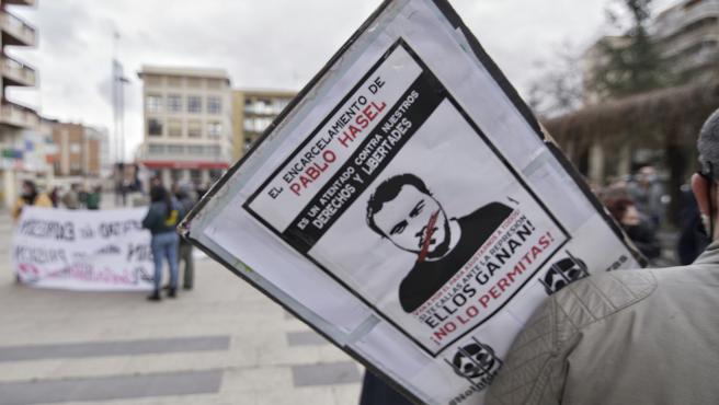Una pancarta contra el encarcelamiento de Pablo Hasel durante una manifestación en Guadalajara
