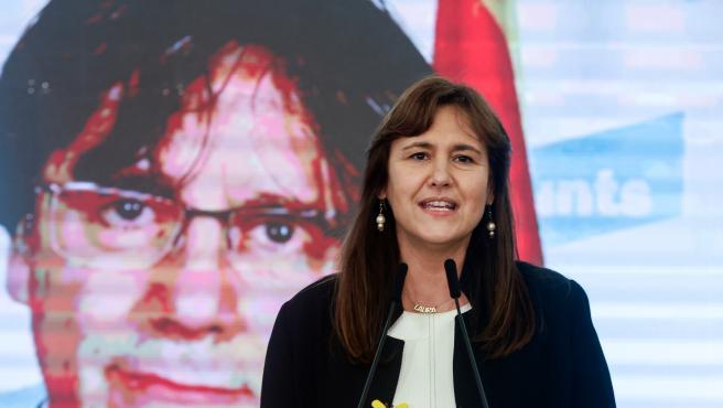 La candidata de JxCat a la presidencia de la Generalitat, Laura Borràs, con el ex presidente Carles Puigdemont por videoconferencia, valora los resultados de las elecciones catalanas.