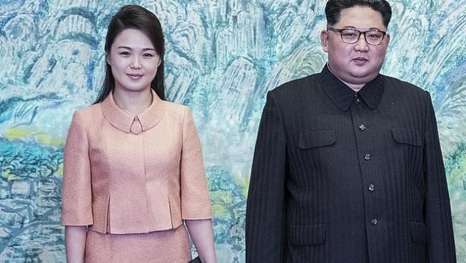 Ri Sol-ju y Kim Jong-un, en una foto de 2018.