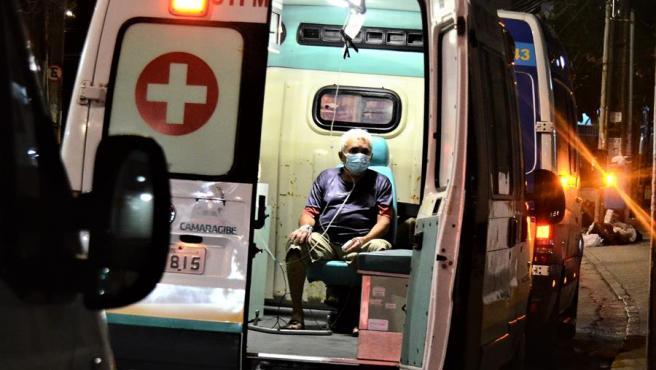 Un phombre espera atención médica en el interior de una ambulancia junto a un hospital para pacientes de covid-19 en Recife (Brasil).