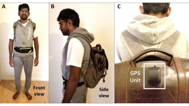 Jagadish K. Mahendran modela su mochila activada por voz activada por inteligencia artificial.