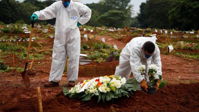Trabajadores entierran a una víctima de covid-19 en el Cementerio Viola Formosa de Sao Paulo.