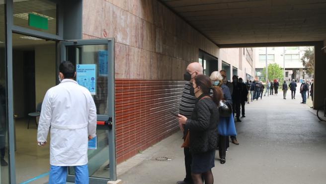 Colas para vacunarse en la Facultad de Geografía e Historia de la UB, habilitada como centro masivo de vacunación.