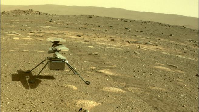 Así es como el rover Perseverance ve al pequeño helicóptero marciano.