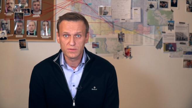 El opositor ruso Alexei Navalni ha anunciado este viernes que abandona la huelga de hambre que comenzó hace 23 días, después de que los médicos le hayan advertido de que, si sigue adelante con ella, podría poner en peligro su vida.