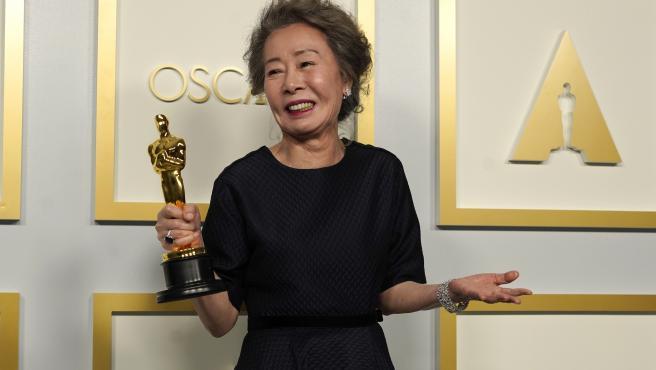 Youn Yuh-jung con su Oscar por mejor Actriz de Reparto