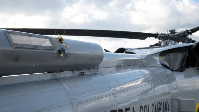 Agujeros de bala en el exterior del helicóptero en el que viajaba el presidente de Colombia, Iván Duque.