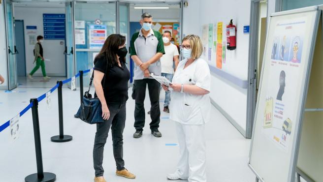 Una mujer conversa con una sanitaria antes de recibir la primera dosis de la vacuna contra la Covid-19 en Madrid.