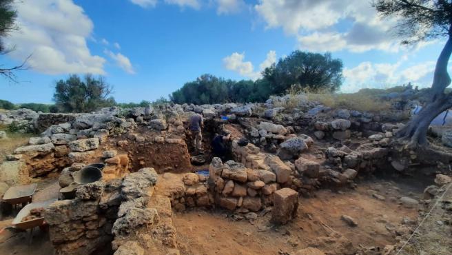 El equipo liderado por la UA descubre en Son Catlar (Menorca)un depósito completo de materiales romanos