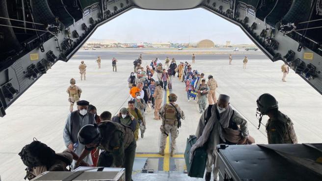 El avión con los 55 españoles y los afganos evacuados llega a Dubái antes su traslado mañana a España