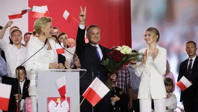 Una vez más, Polonia ha vuelto a retratarse como uno de los países díscolos dentro de la Unión Europea y, exhibiendo su cara más desafiante, ha dado un otro paso en su camino hacia un enfrentamiento definitivo con los países miembros. Este jueves, su Tribunal Constitucional (TC) ha declarado que hay artículos del tratado de la UE que son inconstitucionales en su país, lo que equivale a cuestionar uno de los pilares básicos en el seno de los Veintisiete: la primacía del derecho comunitario sobre el nacional.