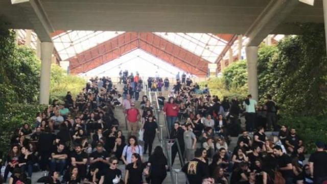 Aspirantes a enfermeros se visten de negro en las oposiciones del Sergas para protestar contra la precariedad laboral