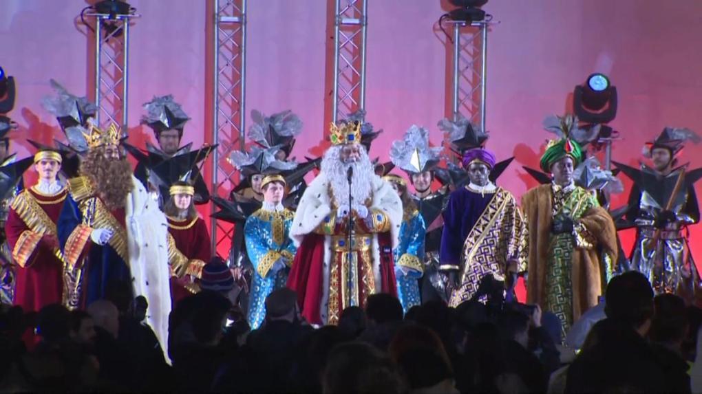 los reyes magos reparten ilusion por las calles de madrid