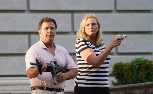 Un Matrimonio Amenaza Con Armas A Los Manifestantes De St