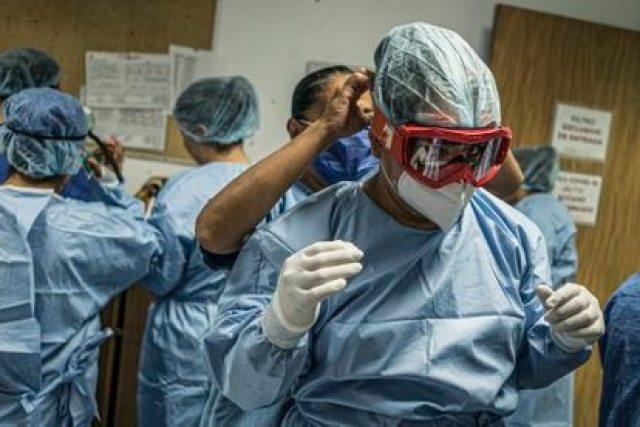 Personal médico se prepara para entrar al área de terapia intensiva de pacientes con covid-19 del Hospital Juárez de Ciudad de México, en mayo de 2020.