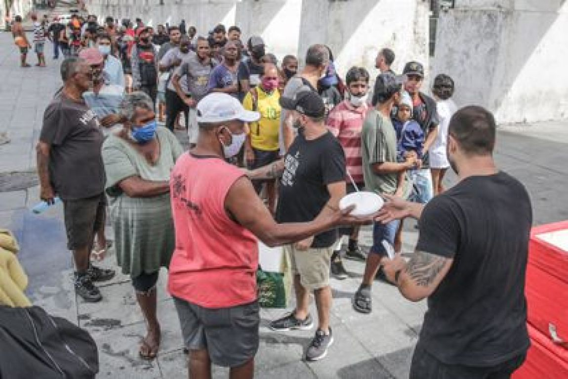 """Project volunteers """"Covid Sem Fome"""" They distribute food in Rio de Janeiro."""