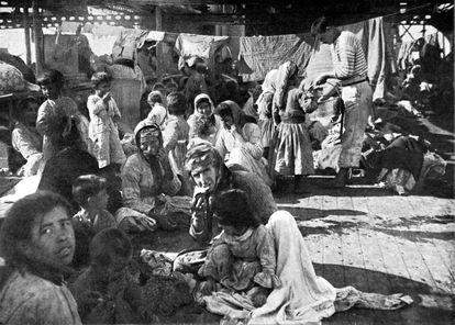 Refugiados armenios que huyen de las matanzas en 1915.