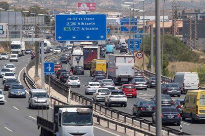 Retenciones de tráfico en la autovía A-7 a su paso por Murcia, este viernes primer día de la operación salida del verano.
