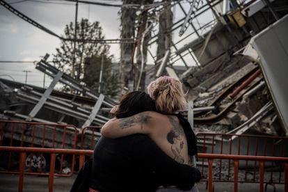 Amigas de Nancy Lezama Salgado lloran frente al lugar donde ocurrió el accidente de la línea 12 del metro en Ciudad de México.